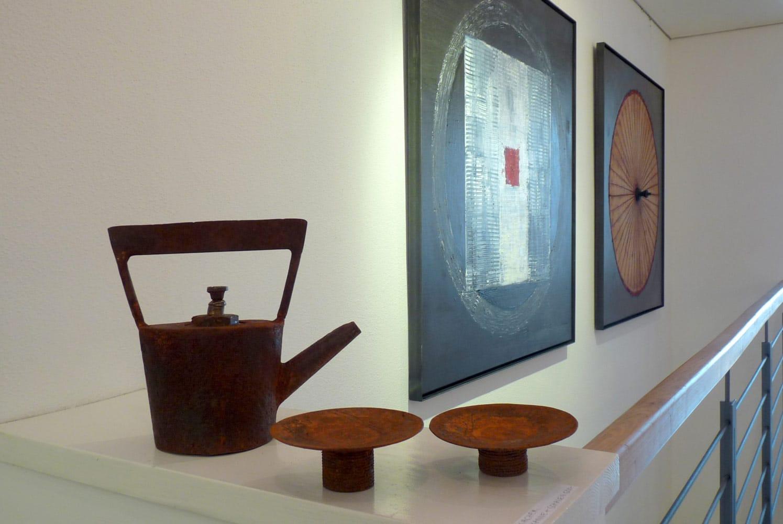 Chris-Kircher-Skulptur-aus-Stahl-Teekanne-mit-Tassen
