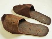 Chris Kircher, Schuhe aus Metallschrott, Pantoffeln